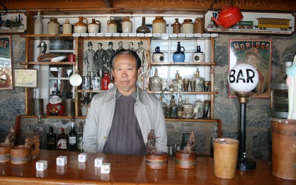 赵振江在聂鲁达故居的酒吧