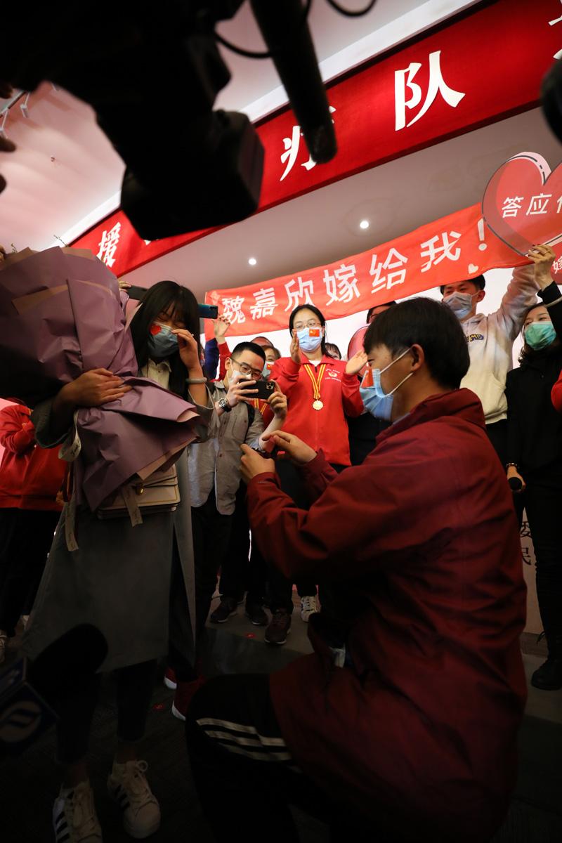 """2020年4月14日,奉贤区会议中心,""""等战胜疫情,我就回来娶你。""""这是支撑他战斗的最大信念之一。刘华明 图"""