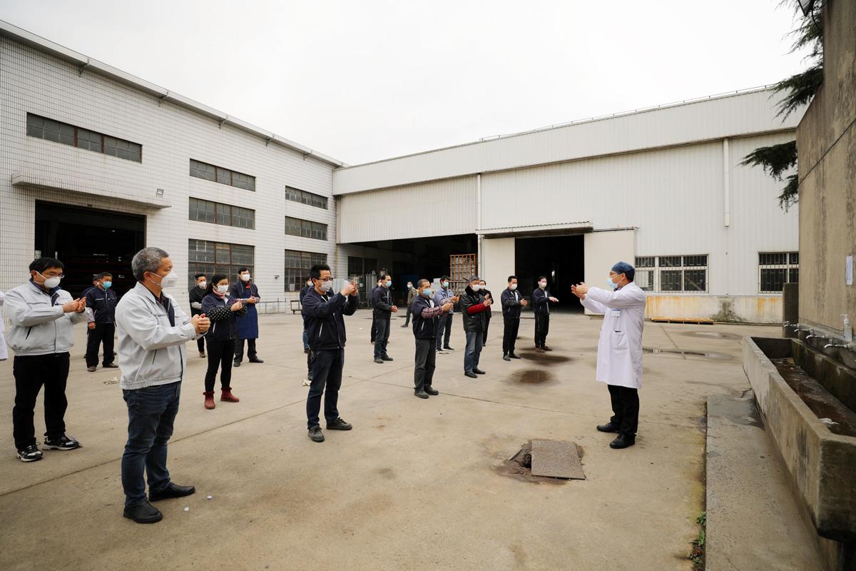 2020年2月26日,胡桥社区某工厂,防保医生手把手示范七步洗手法、戴口罩,复工复学第一课,我们一起努力。刘华明 图