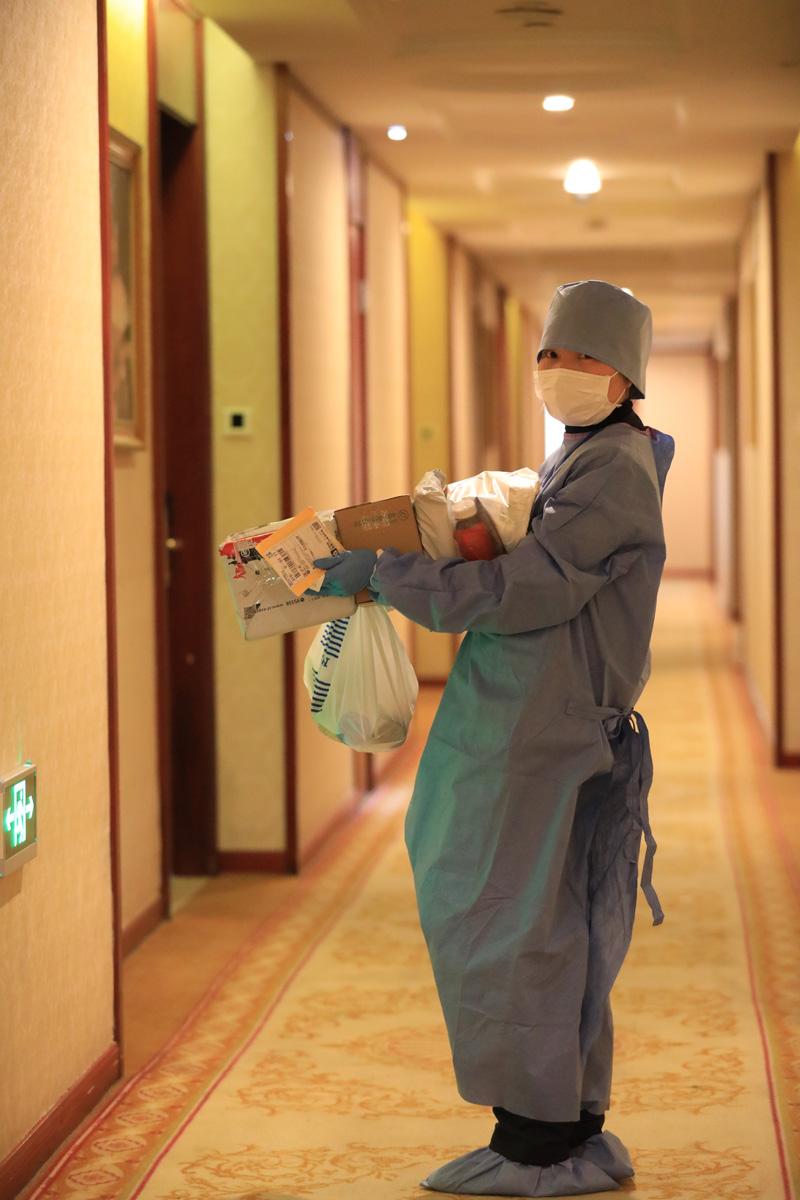 2020年4月7日,奉贤区隔离点医务人员化身为快递员。刘华明 图