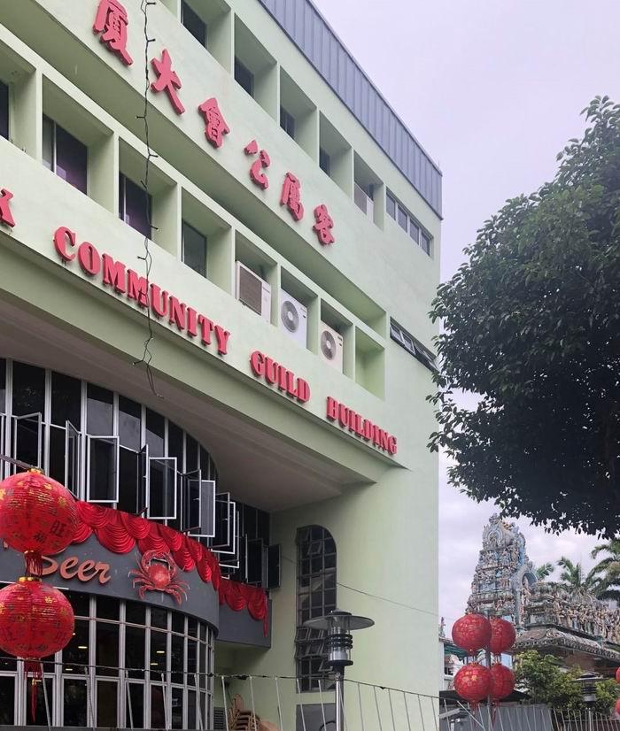 新加坡武吉班让客属公会大厦(旁边可见穆如干山神庙),作者2020年摄