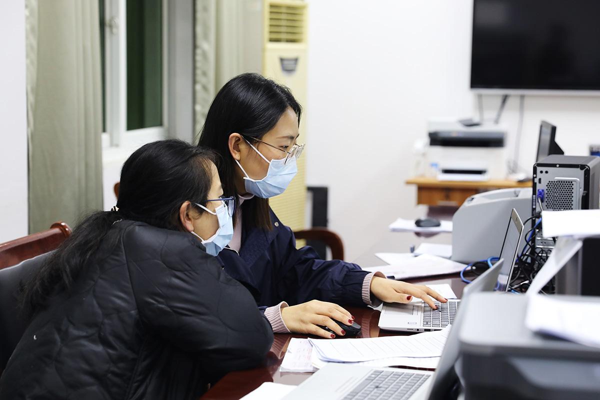 """2020年1月31日,奉贤区防控办成员紧锣密鼓地汇总防控信息,最忙的时候,按""""小时""""上报。刘华明 图"""