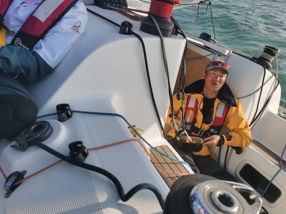 帆船队主缭手陈工。