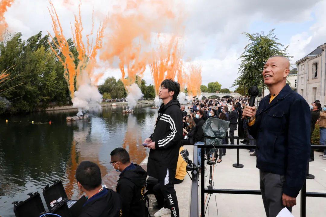 蔡国强在全球直播白天烟花爆破项目《悲剧的诞生》, 2020,Francois Goize摄,轩尼诗提供