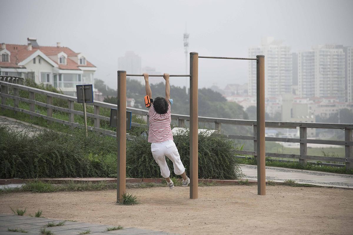 2020年8月18日,山东青岛,一位在户外锻炼的市民。毕馨元 图