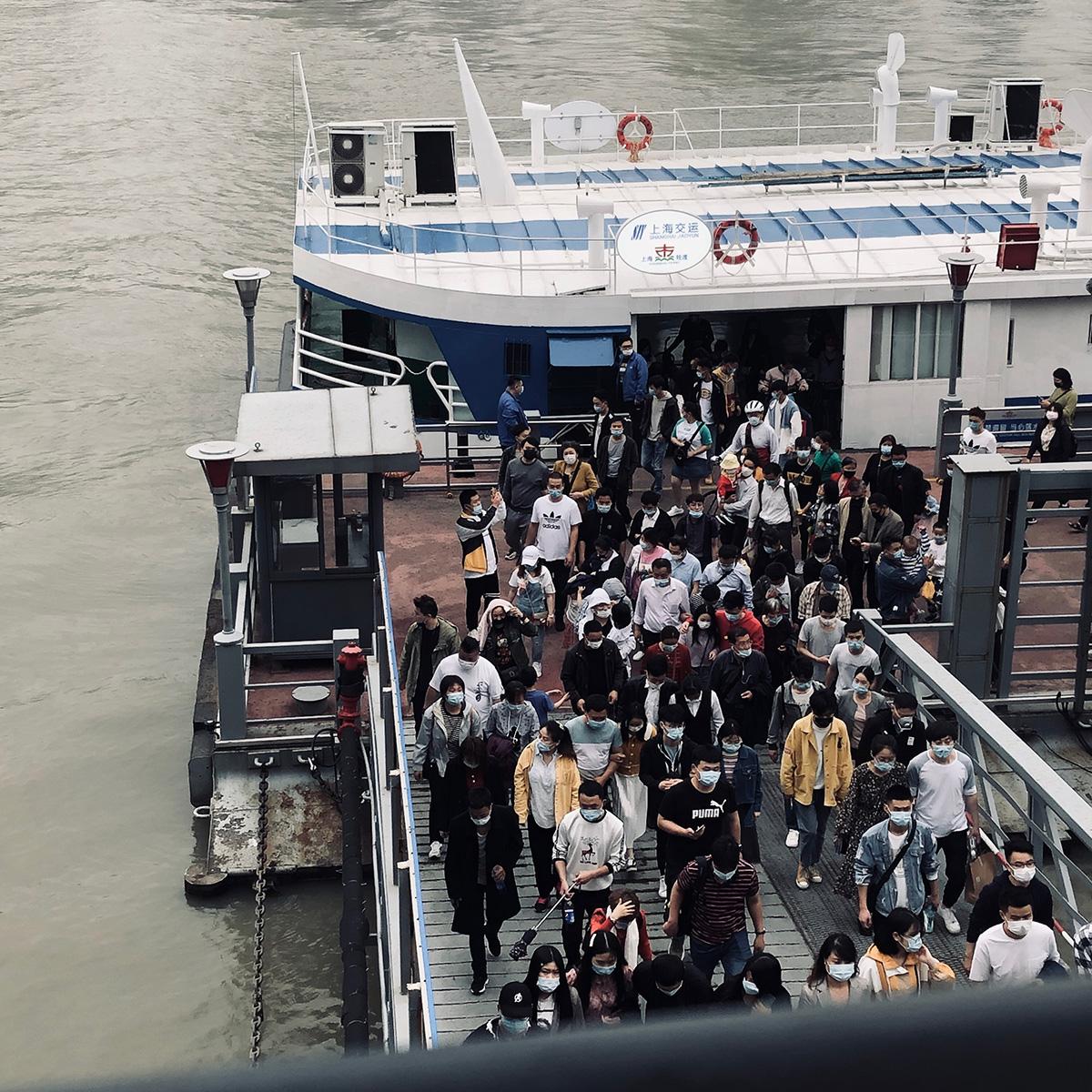 2020年的10月1日,秦皇岛路轮渡口匆忙的人群。周丽琼 图