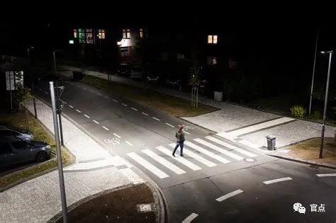 街口过街位置和行人步道的照明是重点,可以吸引步行的人走到正确的空间里去,也可以提醒驾驶人危险点。网络 图
