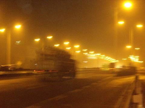 大量机动车道照明形成的漫反射,破坏了路面的对比度,驾驶人观察路况变得困难。