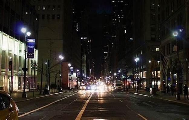 灯光布设在路侧而不是机动车道,大大减少了照明成本和消耗。本文图片无特别注明,均为作者提供