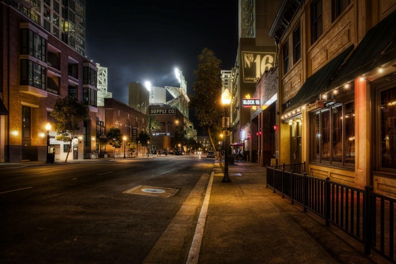 城市道路上,行人步道和路缘石附近路面最需要被照亮,机动车道依靠车灯就够了(特别是路段)。网络 图