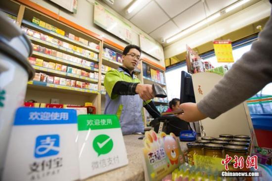 2016年12月1日,山西太原,民众正在使用手机支付。(资料图) 中新社记者 张云 摄