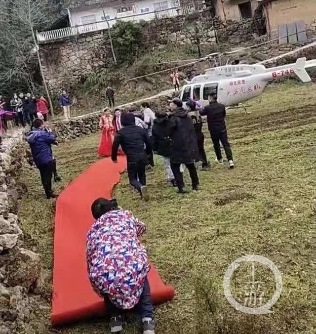 """直升機機身印有""""湖北應急"""",引發關注。? 受訪者供圖"""