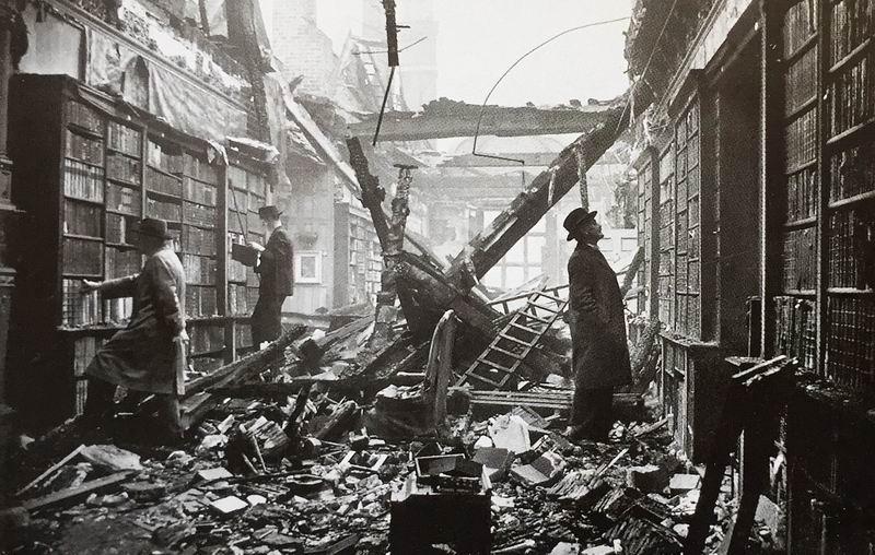 阅读库明信片:1940年10月22日,位于肯辛郡的荷兰屋图书馆在德军的伦敦大轰炸中成为废墟