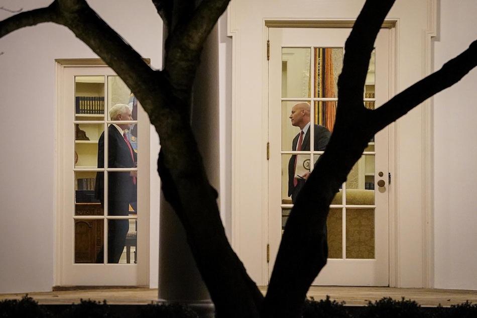 """美国宪法第25修正案第四款规定,假使联邦政府内阁大多数官员认为总统""""无法履行其职务的权力和职责"""",将启动剥夺总统权力,并使副总统取而代之。"""