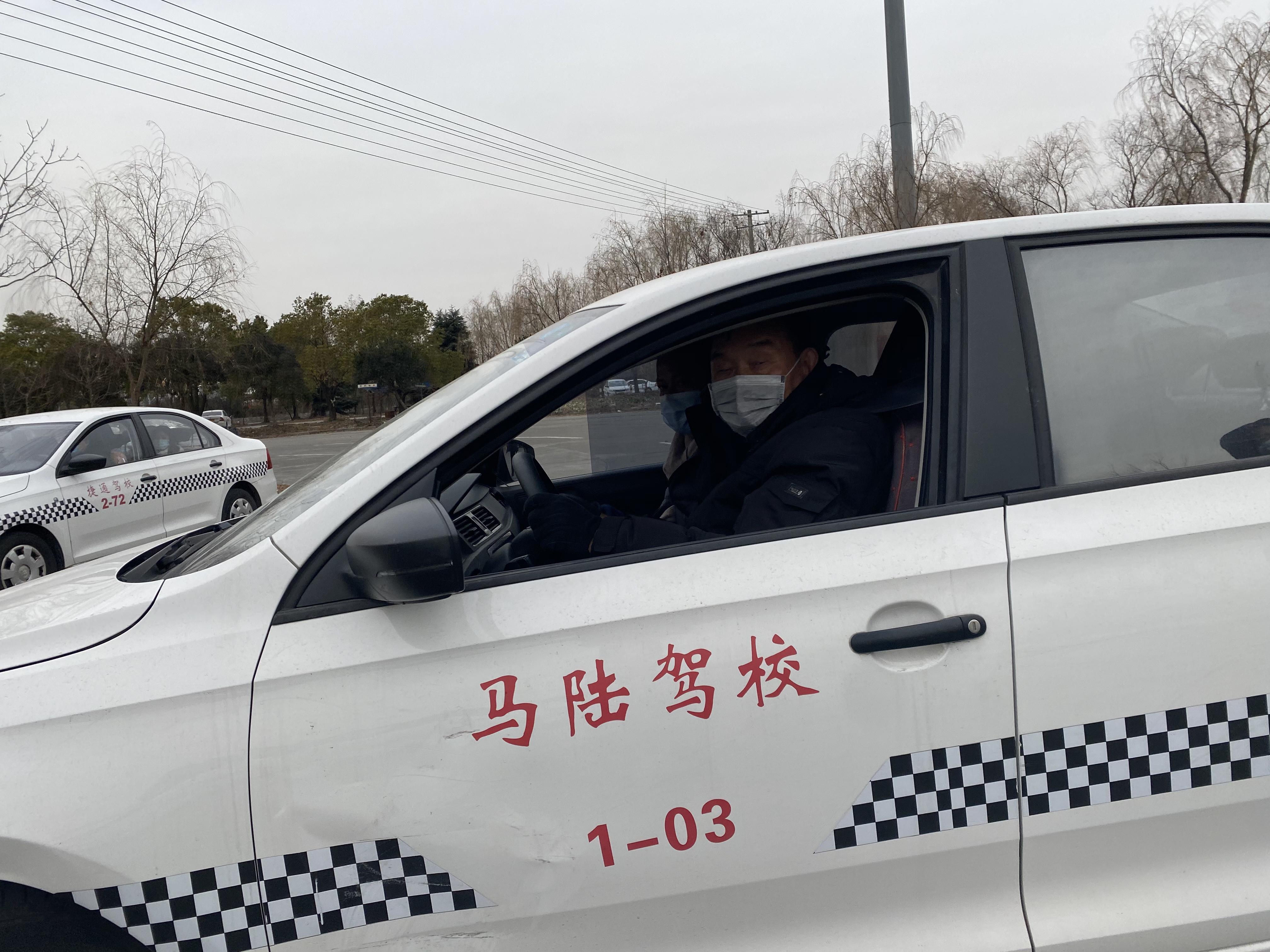 张老伯练车中