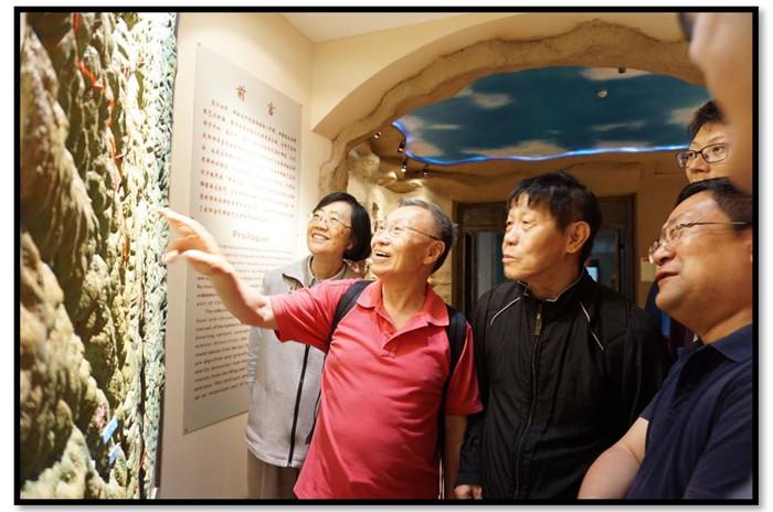 考察团一行在庆阳市博物馆参观(从左至右:邓小南、李孝聪、李零、庆阳市博物馆馆长、我)