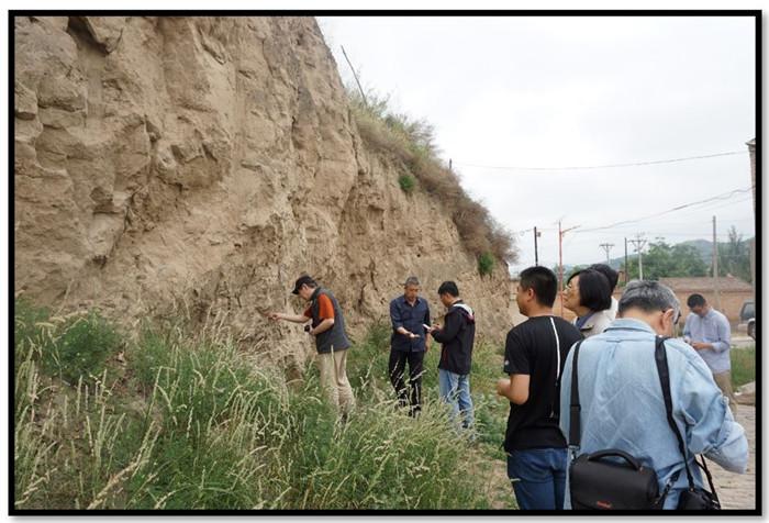 考察团一行在庆城县马岭镇考察明代城墙遗迹