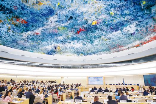 """图片构建人类命运共同体被写入联合国社会发展委员会、安理会、人权理事会以及联合国大会裁军与国际安全委员会等机构的多项决议中,有力推动这一理念变成全球性共识。图为2017年3月20日,中国代表在联合国人权理事会第三十四次会议上代表发展中国家发言。3天后,人权理事会通过决议,明确表示要""""构建人类命运共同体""""。新华社记者 徐金泉/摄"""