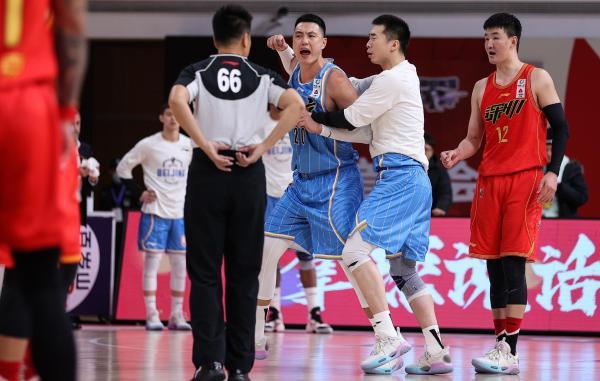 博猫娱乐新闻:体坛联播|北京男篮晒图抗议裁判,热火绿军比赛因疫情延期