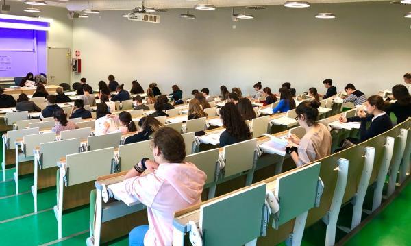 2019年11月30日意大利学生在都灵大学参加汉语水平考试。