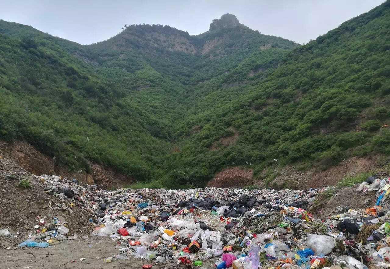 2017年时,河北省南峪村垃圾的最终去向是20公里外的一个山上。陈立雯 图
