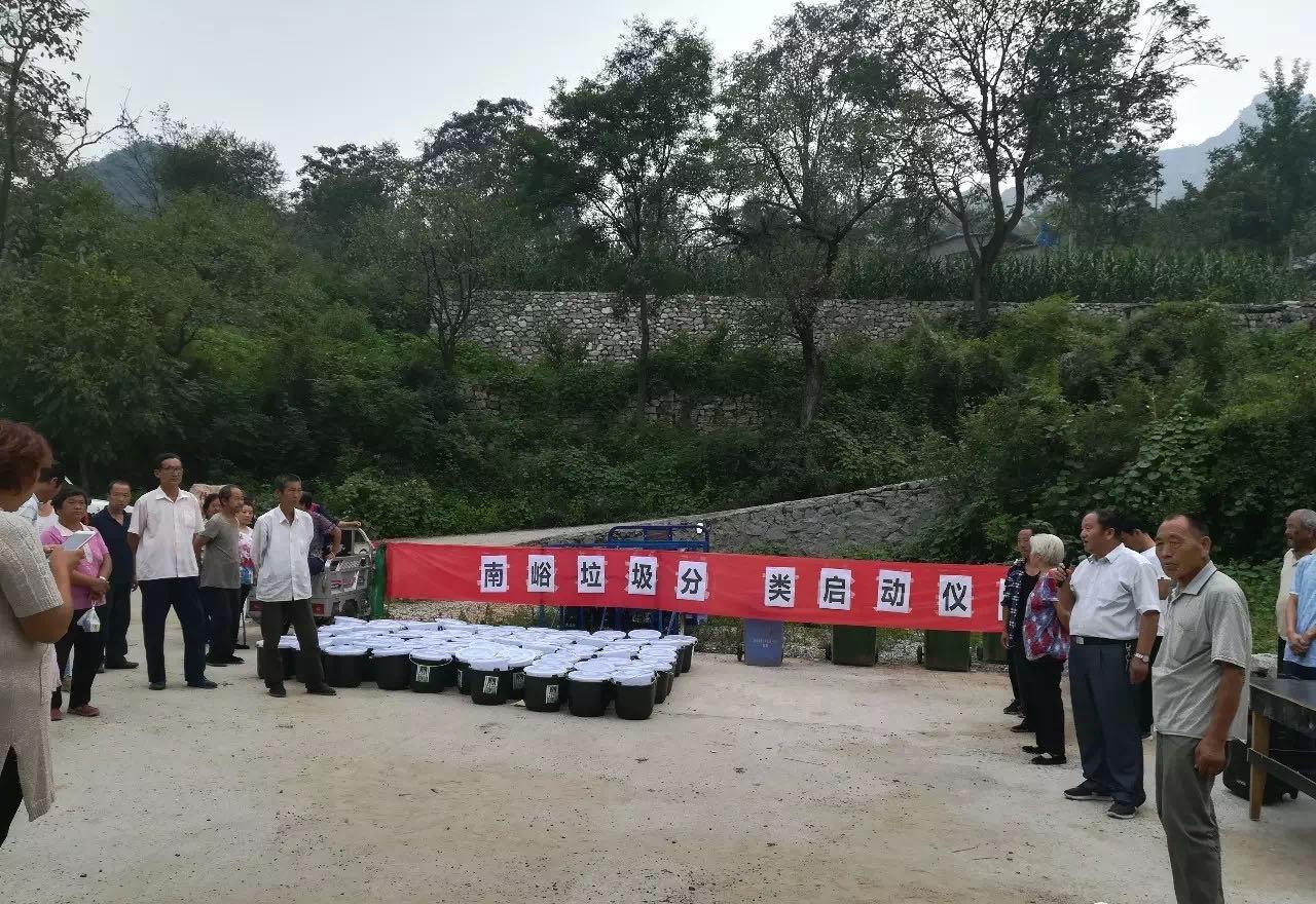 河北省南峪村的垃圾分类动员会,横幅是旧的,上面贴了打印的新字。陈立雯 图