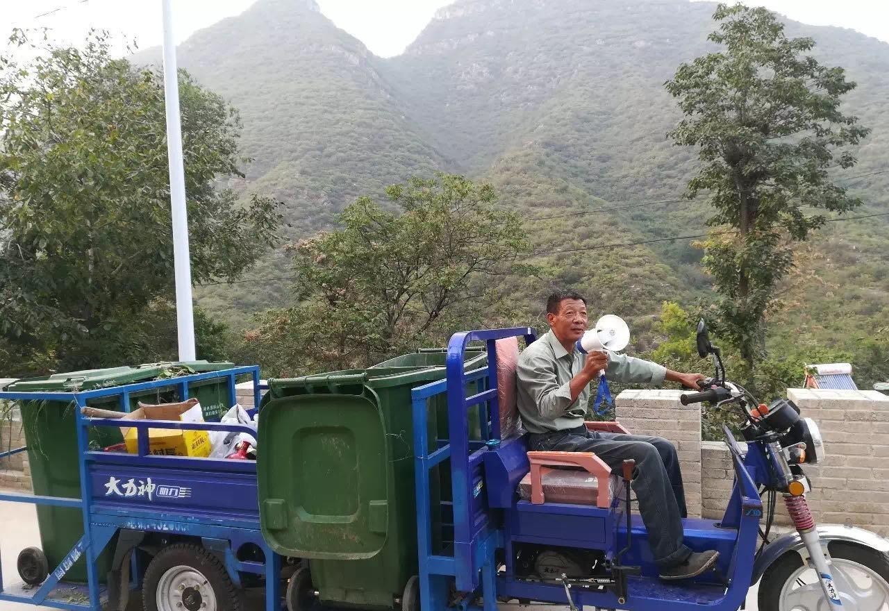 南峪村的分类收集车是邻村修车铺大叔改造成的低底盘三轮车。陈立雯 图