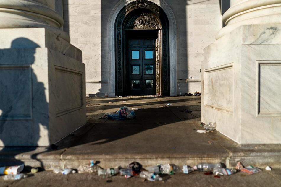 国会大楼外垃圾遍地