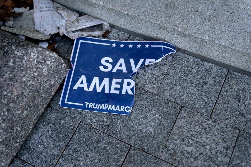 """被撕破的""""拯救美国""""标语"""