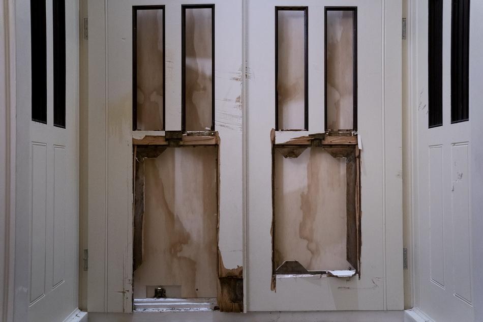 被破坏的门