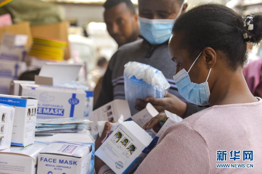 1月9日,埃塞俄比亚首都亚的斯亚贝巴,一名女士在街上购买口罩。新华网 图