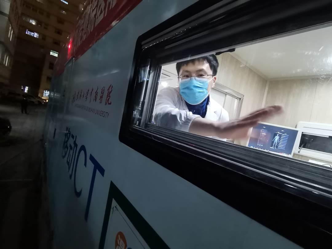 """1月10日晚9时许,一辆长15米、高4米,价值500万元的""""医疗神器""""驶出武汉大学中南医院,星夜奔赴河北,帮助河北地区移动快速诊断新冠肺炎。"""