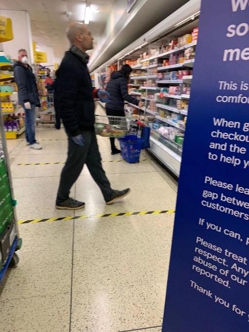2020年4月1日,超市贴着保持距离的地标和警戒线。