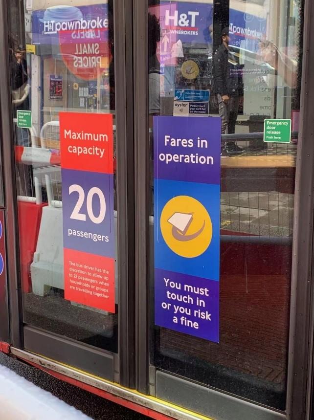 单层公交车限制乘车人数20人。