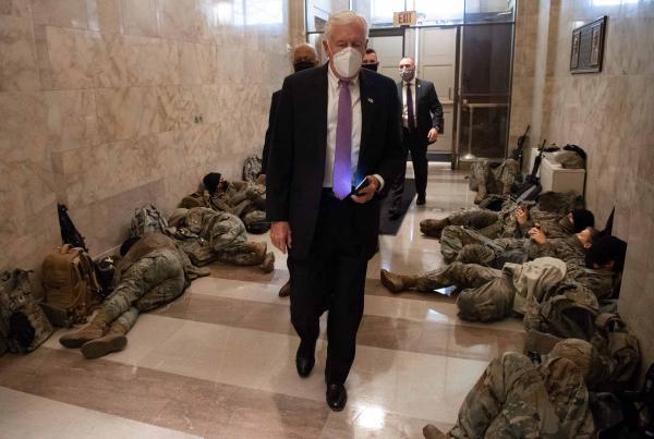 美国众议院多数党领袖Steny Hoyer抵达位于华盛顿的国会大厦时,经过数名国民警卫队成员。
