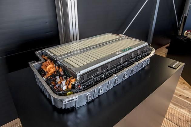 固态电池和传统锂电池最显著的区别在于电池内部的电解质的物理形态。