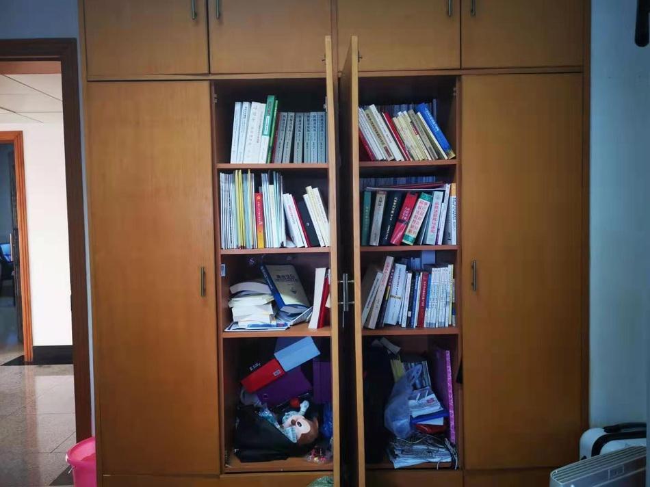 周春梅办公室内的法律书籍。
