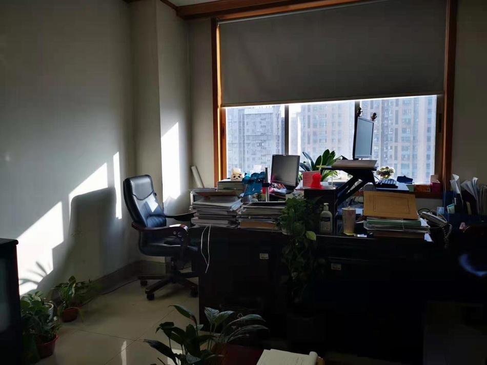 周春梅的办公室。