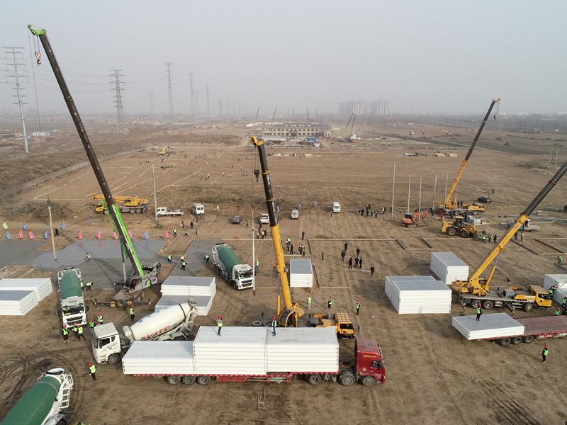 2021年1月14日,在石家庄市集中隔离点建设现场,施工人员正在加紧施工。人民视觉 图