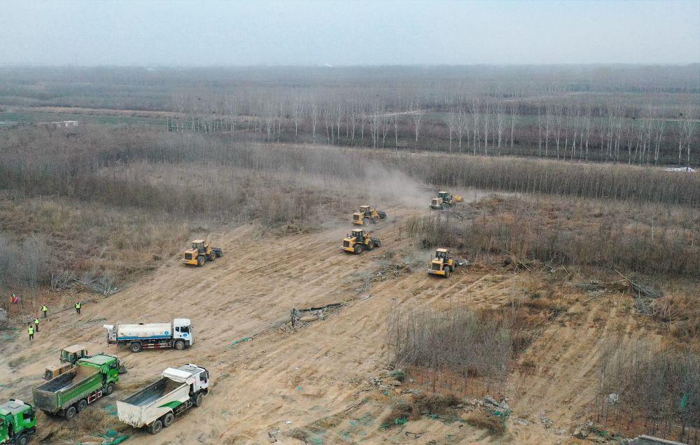 1月13日,中铁十四局集团工人在施工现场作业(无人机照片)。新华社 图