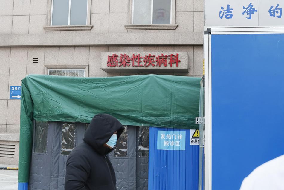 2020年1月27日(农历正月初三),河北医科大学第二医院发热门诊外,一名就诊者匆匆走过。疫情出现后,这里第一时间加强了发热门诊的处置力度。