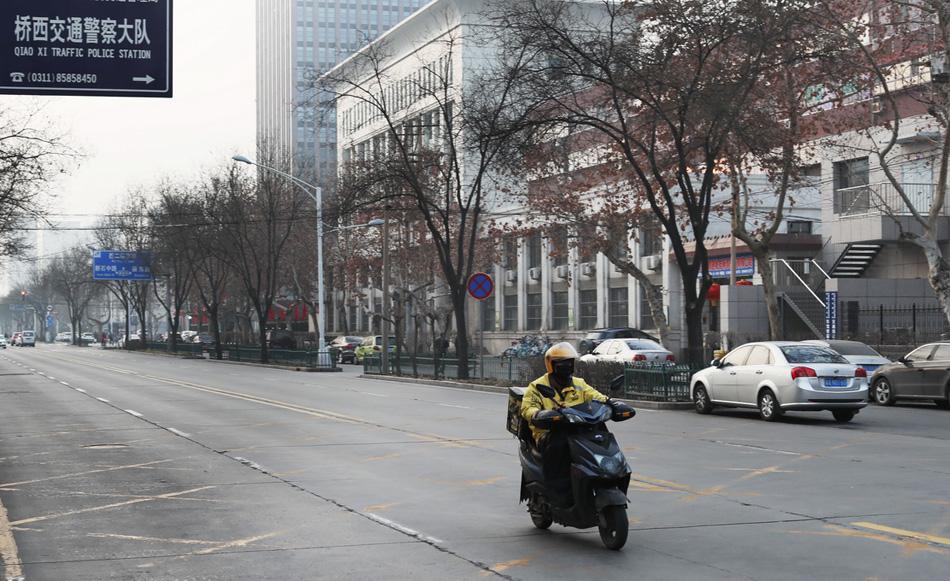 2020年1月28日,因为疫情原因,石家庄市区街头已经很冷清,偶尔会有外卖小哥奔跑在路上。