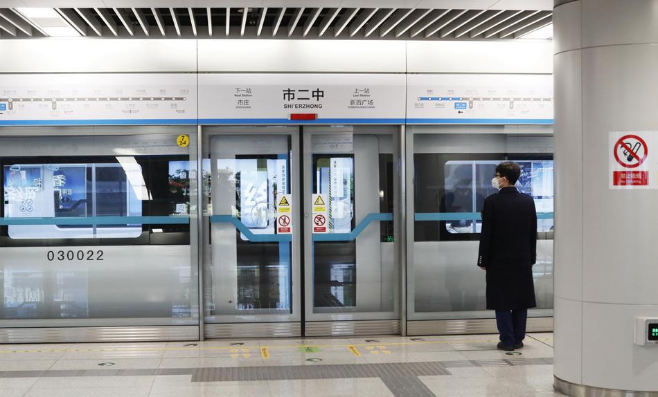 2020年1月29日,石家庄市地铁内空空荡荡,只有工作人员仍在坚守岗位。