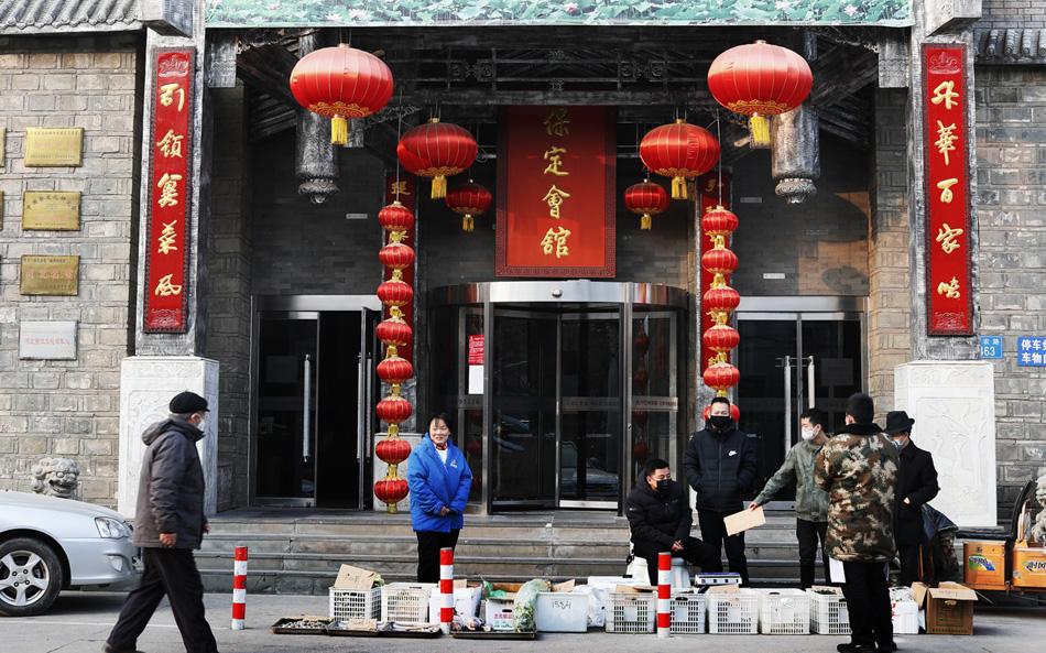 2020年1月29日,石家庄市一高档饭店门口,因为疫情饭店不能照常营业,只能将春节前储存的蔬菜开始降价出售。