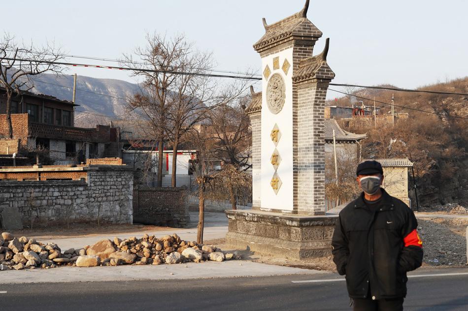 2020年2月4日,石家庄市井陉县一古村落的村口已经用土、石封堵,疫情发生后,这里及时采取防控措施,并有专人把守。