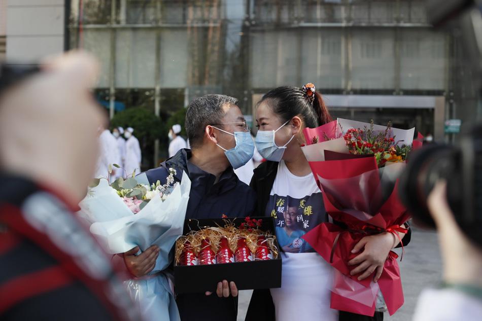 2020年4月3日,河北省首批援鄂医疗队员,河北医科大学第四医院重症医学科病区主任朱桂军凯旋后,与怀孕的妻子热情地亲吻。