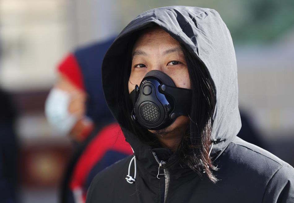 2021年1月7日,石家庄市一名佩戴新型口罩等待做核酸检测的市民。
