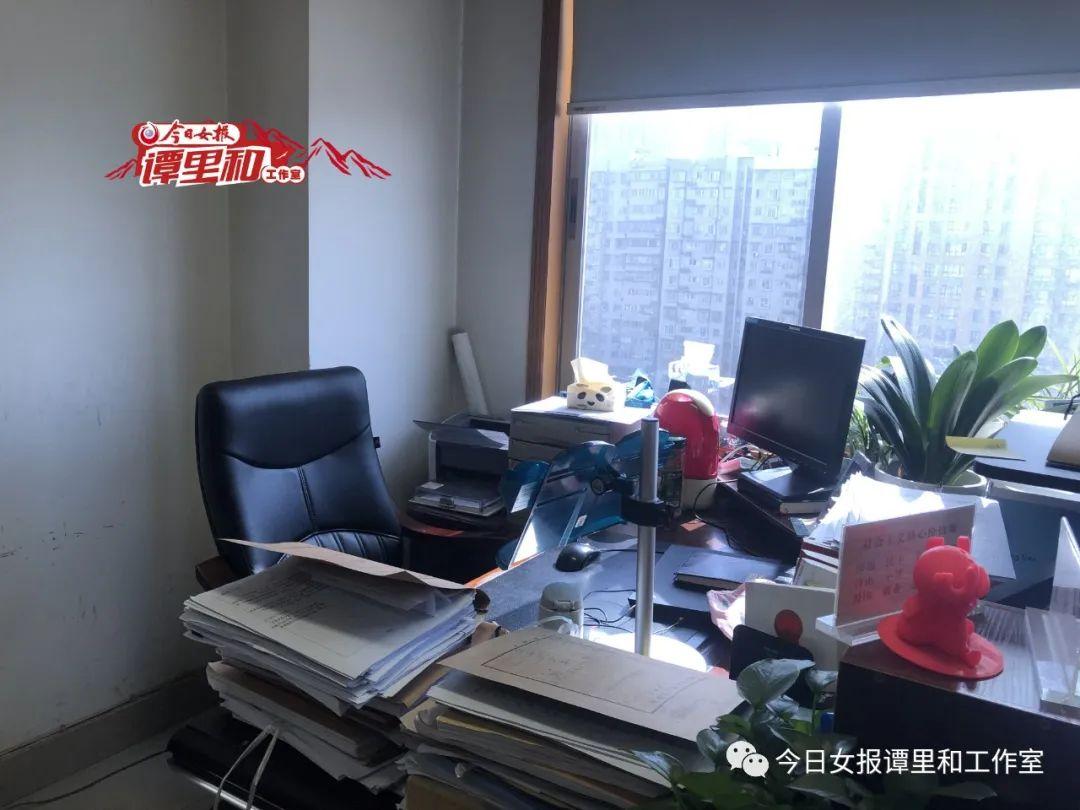 阳光洒在周春梅生前的办公桌上,案卷成堆