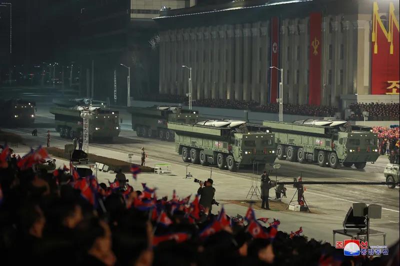 """一款采用5轴发射车的弹道导弹也首次亮相,朝鲜称其为""""主体弹"""""""