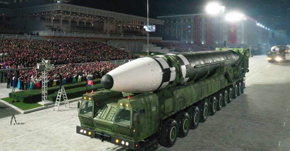 采用11轴发射车的新型重型洲际导弹没有出现在本次阅兵式上。